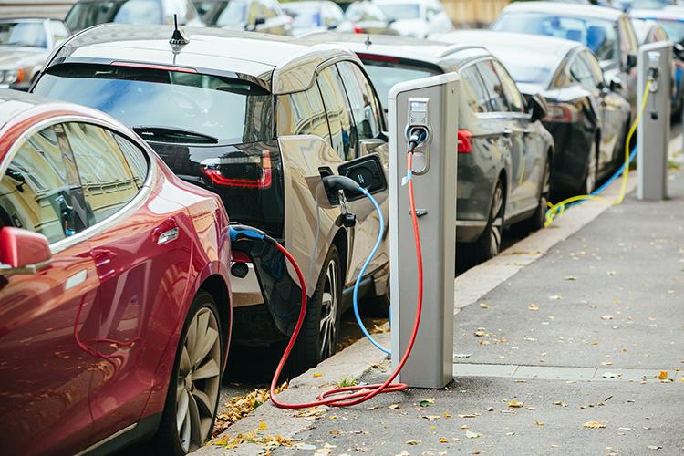 электромобили заряжаются