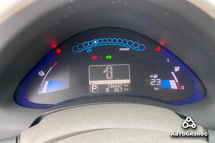 Nissan Leaf 2011 приборная панель