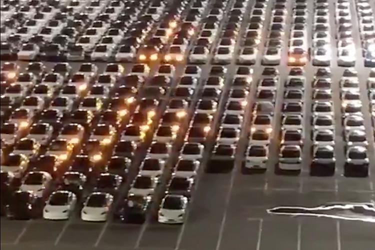 Обновление прошивки на Tesla сняли на видео