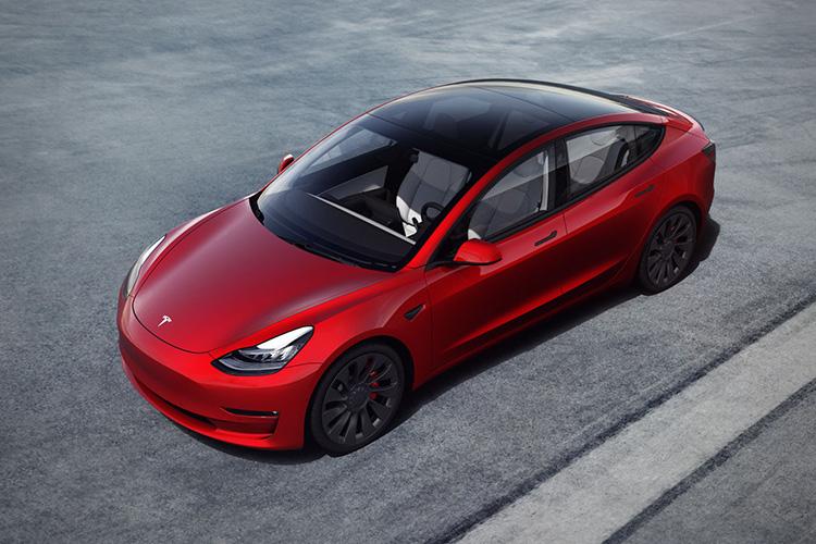 Tesla Model 3 красная вид сверху