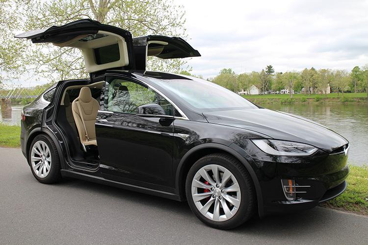 Tesla Model X двери открыты