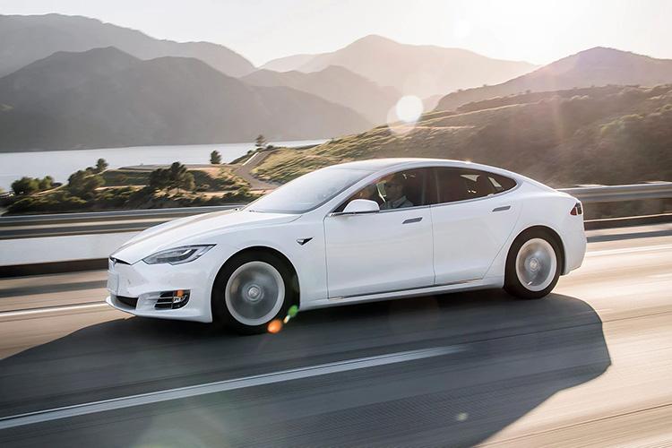 Tesla Model S 2019 на дороге закат