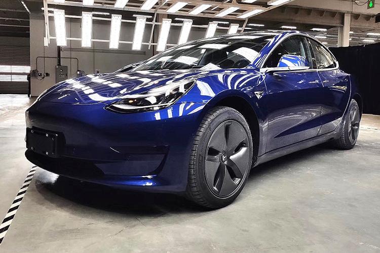 Tesla Model 3 синяя вид спереди сбоку