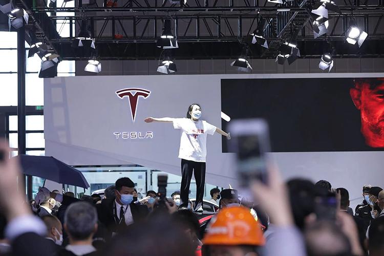 акция Чжан Ячжоу Tesla неисправные тормоза