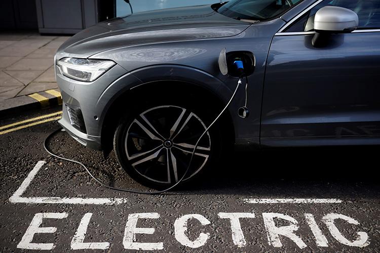 Electric электромобиль заряжается