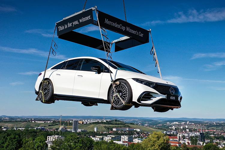Mercedes-Benz EQS над стадионом TC Weissenhof