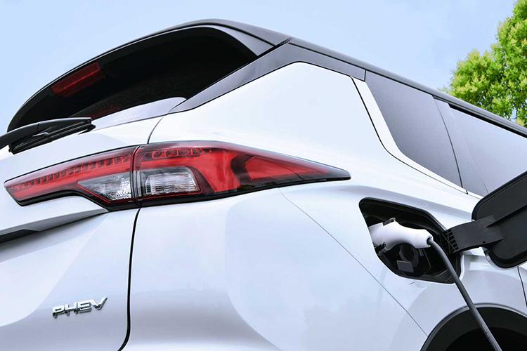 Mitsubishi Outlander PHEV заряжается