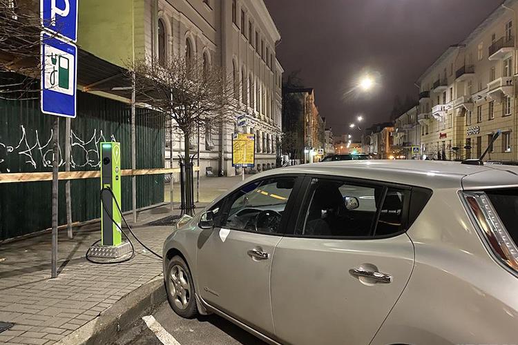 Электрозаправка на ул. Карла Маркса в Минске Nissan Leaf