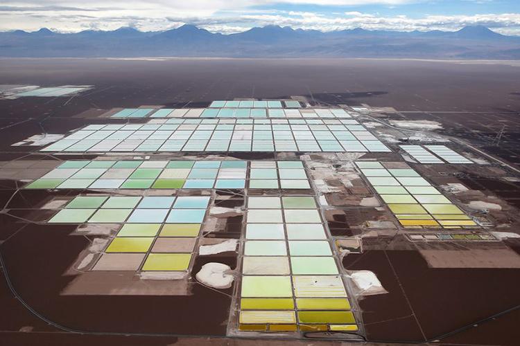 Пруды с рассолом для выпаривания солей лития в Чили